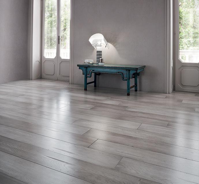 Parquet plance rustiche tavolati di rovere grigio stile - Posa piastrelle a correre ...